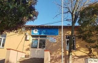 Manisa'da depremde zarar gören okulun bir bloğuna...