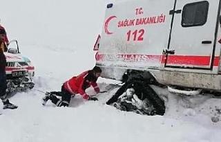 Sağlık ekibi, kara saplanan paletli ambulansı elleriyle...