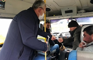 Belediye başkanı, market ve minibüste maske dağıttı