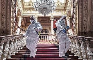 Dolmabahçe Sarayı koronavirüse karşı dezenfekte...