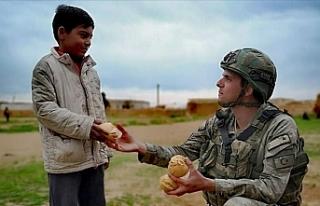 Mehmetçik ekmeğini halkla paylaşıyor