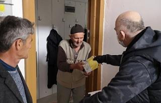 Bursa'da sosyal yardım paraları evlere teslim...