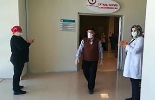 Koronavirüsü yenen hastalar, alkışlarla taburcu...