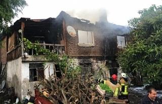 Evleri yanan yaşlı çift, gözyaşlarını tutamadı