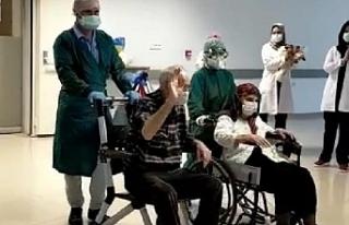 Koronavirüsü yenen 82 yaşındaki çift, alkışlarla...
