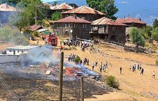 Anız yangını 2 katlı evi kül etti