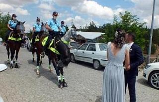 Atlı polislerden piknik alanlarında koronavirüs...