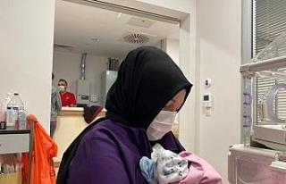 Dünyanın ilk başarılı rahim nakilli annesi bebeğiyle...