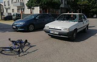 Otomobilin çarptığı bisikletli aracın camından...