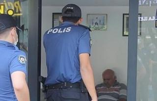 Polisin maske uyarısına kızan esnaf, nüfus cüzdanını...