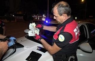 Antalya'da şüpheli araçtan sahte döviz ve uyuşturucu...