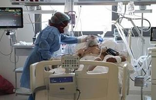 Covid-19 yoğun bakımında görev yapan doktorlar,...