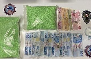 Fatih'te polisten kaçan şüpheliler 1 kilodan...