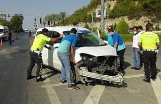 Hasta taşıyan ambulans Telekom araçıyla çarpıştı:...