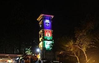 İzmit Saat Kulesi Azerbaycan bayrağı renklerine...