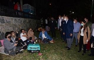 Kuşadası'nda başkanlar geceyi parkta geçiren...