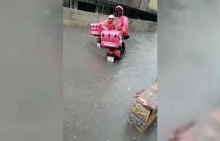 Yoğun yağış sonrası sipariş götüren motosikletli...