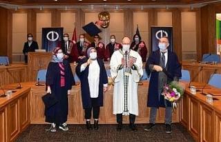 Dereceyle mezun olan öğrenciler başarı belgelerini...