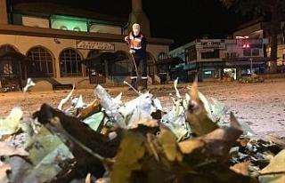 Herkes evlerine gitti, sokaklar temizlikçilere kaldı