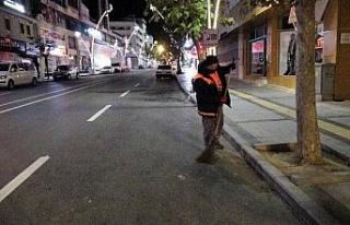 Sessizliğe bürünen cadde ve sokaklar temizlik görevlilerine...