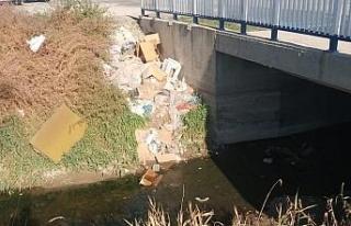 Sulama kanalına dökülen çöpler tedirgin ediyor