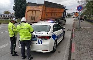 Tırı trafik ekiplerinin üzerine sürüp kaçan...