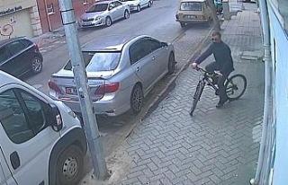 Bisiklet çalmayı meslek edinen hırsız kameralara...