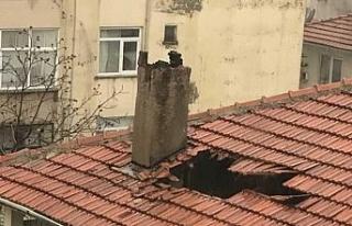 Fırtınada kopan bacanın parçası çatıda hasara...