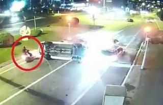 Kırmızı ışıktaki araçlara daldı: Motosikletli...
