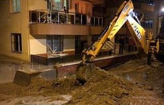 Kuşadası'nda evleri su bastı, belediye ekipleri...