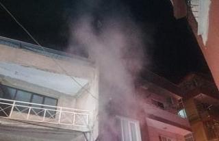 2 katlı binadaki yangını fark eden bekçiler olası...