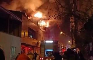 2 katlı evde çıkan yangın yan binalara sıçramadan...