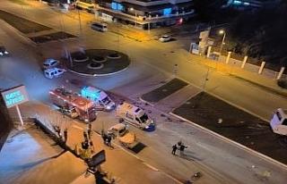 Antalya'da domates yüklü kamyonet otobüsle çarpıştı:...