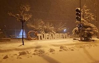 Beyaza bürünen Tufanbeyli'de belediye ekiplerinin...
