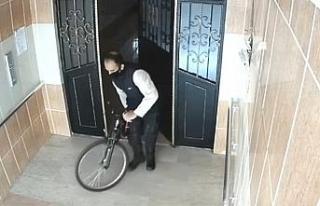 Bisiklet hırsızının kameralara yansıyan rahat...