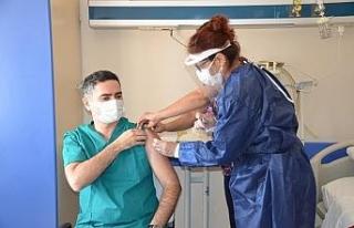 Didim'de hastane çalışanları Kovid -19 aşısı...