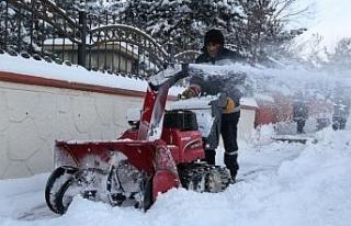 Erzurum Büyükşehir Belediyesi ekipleri karla mücadeleye...