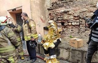 Fatih'te apartman dairesinde yangın: Mahsur kalanlar...