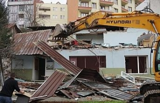 Hasarlı binalar yıkılıyor