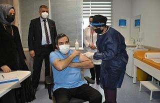 Malatya'da sağlık görevlilerine aşılar vurulmaya...