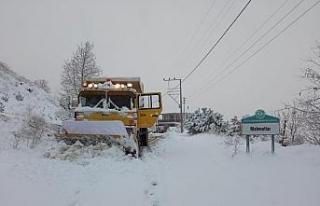 Manisa'da büyükşehir ekipleri karla mücadele...