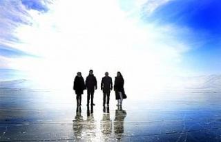 Vali Hüseyin Öner, yüzeyi buz tutan Çıldır Gölü'nde...