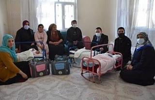 Başkan Beyoğlu'ndan üçüzleri olan aileye bebek...