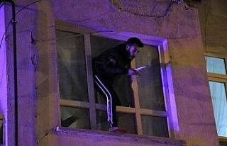 Çocuğunu görmek için bıçakla cama çıktı,...
