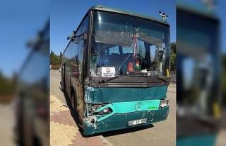 Freni boşalan otobüs seyir halindeki kamyonete çarptı:...