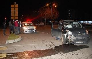 Kırmızı ışık ihlali kazaya neden oldu: 2 yaralı