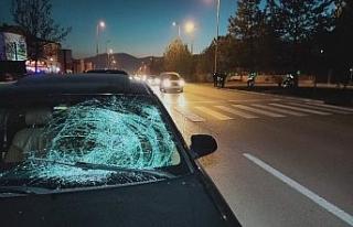 Otomobilin çarptığı işitme engelli yaya ağır...