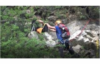 Bursa'da polisten korkup kaçan genç kayalıklarda...