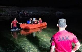 Nehrin su seviyesi yükselince piknik yapan 21 kişi...