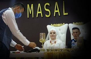 Kırgız çiftin düğününde aşıya dikkat çekmek...